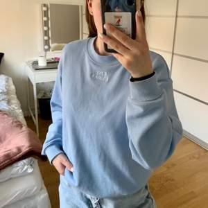 """Säljer min blåa hoodie köpt på monki i Norge. Det står broderat """"kind human"""" (se bild 2) på bröstet."""