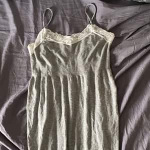 Grå klänning med spetskant