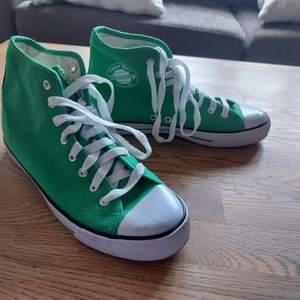 Gröna sneakers använda en gång, converse liknandr