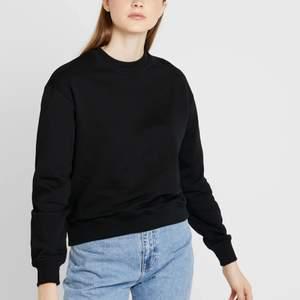 Säljer två basic sweatshirt från nakd, en svart och en vit. Den svarta i storlek Xs och den vita i S. Funkar till allt och är perfekta nu inför hösten och kallare tider🤟🏼👊🏼😎🤩säljer båda för 250 och en för 150kr!