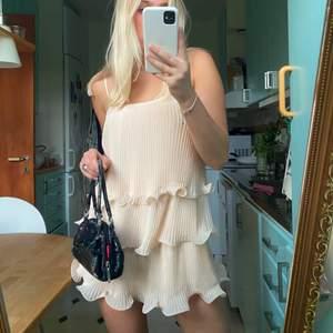 Säljer denna underbara volangklänning i storlek xs i en rosa/beige färg💗 klänningen är som ny!