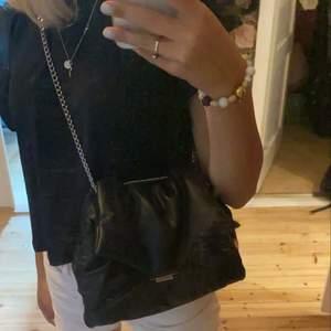 Väska ifrån hm, både rymlig och banden kan man både ha långa eller korta. Säljer eftersom den ej kommer till användning!!💕💕⭐️