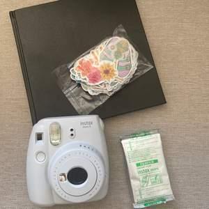 I detta paket får du med en vit/grå INSTAX MINI 9, en bok där du kan klistra in bilderna, över 100 klistermärken och 10 st filmer. Använd ca 15 ggr, säljes pga kommer ej till användning. Kameran kommer EJ med batterier #polaroid #instaxmini #kamera #scrapbook