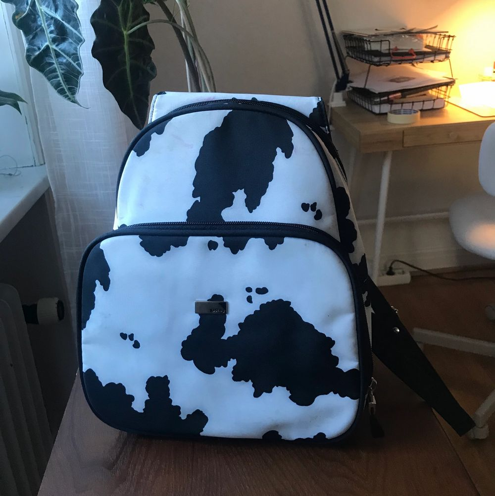 Mindre ryggsäck med ko-mönster. Köparen står för frakten på 66kr!. Väskor.
