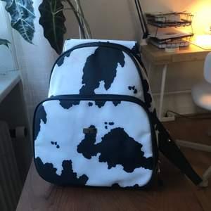 Mindre ryggsäck med ko-mönster. Köparen står för frakten på 66kr!