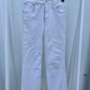 Vita supersnygga jeans i en kortare och rak modell. Använda men i fint skick. Är i storlek 36 men saknar stretch och kan därför upplevas lite mindre. Nypris: 599kr