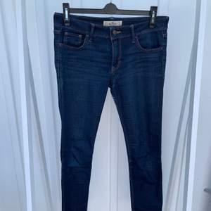 Superfina lågmidjade jeans som dessvärre är förstora för mig. Sparsamt använda men har däremot mindre slitningar på den grova sömmen vid grenen (skriv privat för bilder på det om du är intresserad).