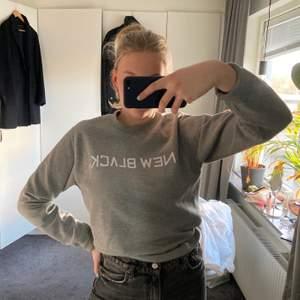 Säljer denna as balla gråa new black sweatshirten! Fortfarande i fint skick. Kontakta mig för fler frågor eller funderingar!