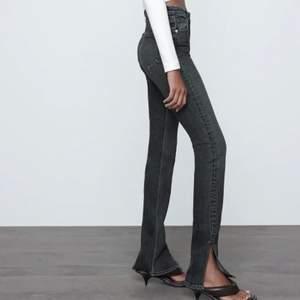 """De populära Zara jeansen med slits 🦋 Dem är nästan aldrig använda, max 2 ggr. Skicket är som nytt förutom att dem är avklippta och sydda med en söm längst ner för att inte """"tråda upp sig"""" för mycket i tvätten. Passar någon runt 165cm 🌼  högsta bud: 320kr"""