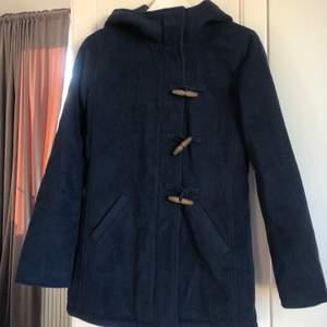 Marinblå kappa från Hollister i stlrk XS. Max använd 3 gånger därav precis som ny! Jättefint skick. Väldigt skön pga luva och tjockare.