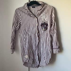 Harry Potter pyjamas köpt i London, trycket vid bröstet har spruckit lite, tror den ska efterlikna dem dem har i filmerna men vet inte, riktigt fin med många detaljer, fri frakt✨