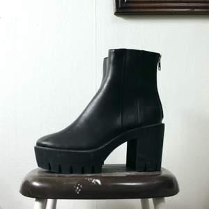 De perfekta bootsen med en chuny heel! Hade älskat dessa om de hade passat! De står 38 i skon med jag som alltid är en 38a kan inte ha dom.