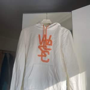 En Wesc hoodie i storlek M. Använd fåtal gånger.