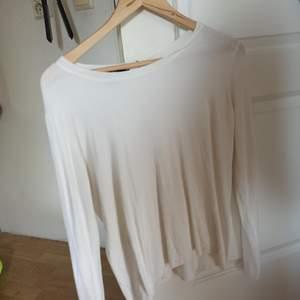 Vit basic tröja 😁mjuk och skön att ha på sig, stretchigt tyg