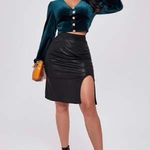 Säljer denna kjol ifrån shein. Helt oanvänd, säljer pga inte min stil. Väldigt tunt material & lite genomskinlig men funkar bra med rätt trosor. Sitter väldigt bra på i midjan, storlek M. Köparen står för frakt 💞