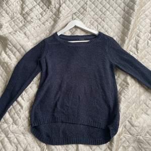 Mörkblå/marinblå stockat tröja från Only. Tunt stickad. Säljer pga använder inte. Frakt ingår