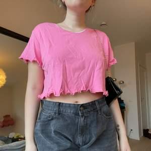 Rosa omgjord t-shirt💗 står ingen storlek men visas på en M🥰