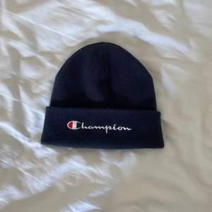 Mörkblå mössa från Champion i fint skick då den aldrig är använd 💘 Frakt är inräknat i priset 💕 Skriv för fler bilder 🥰
