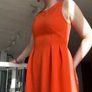 Orange klänning med dragkedja bak🧡 Köpt i en butik i Italien🧡  Vet ej storlek men passar S🧡