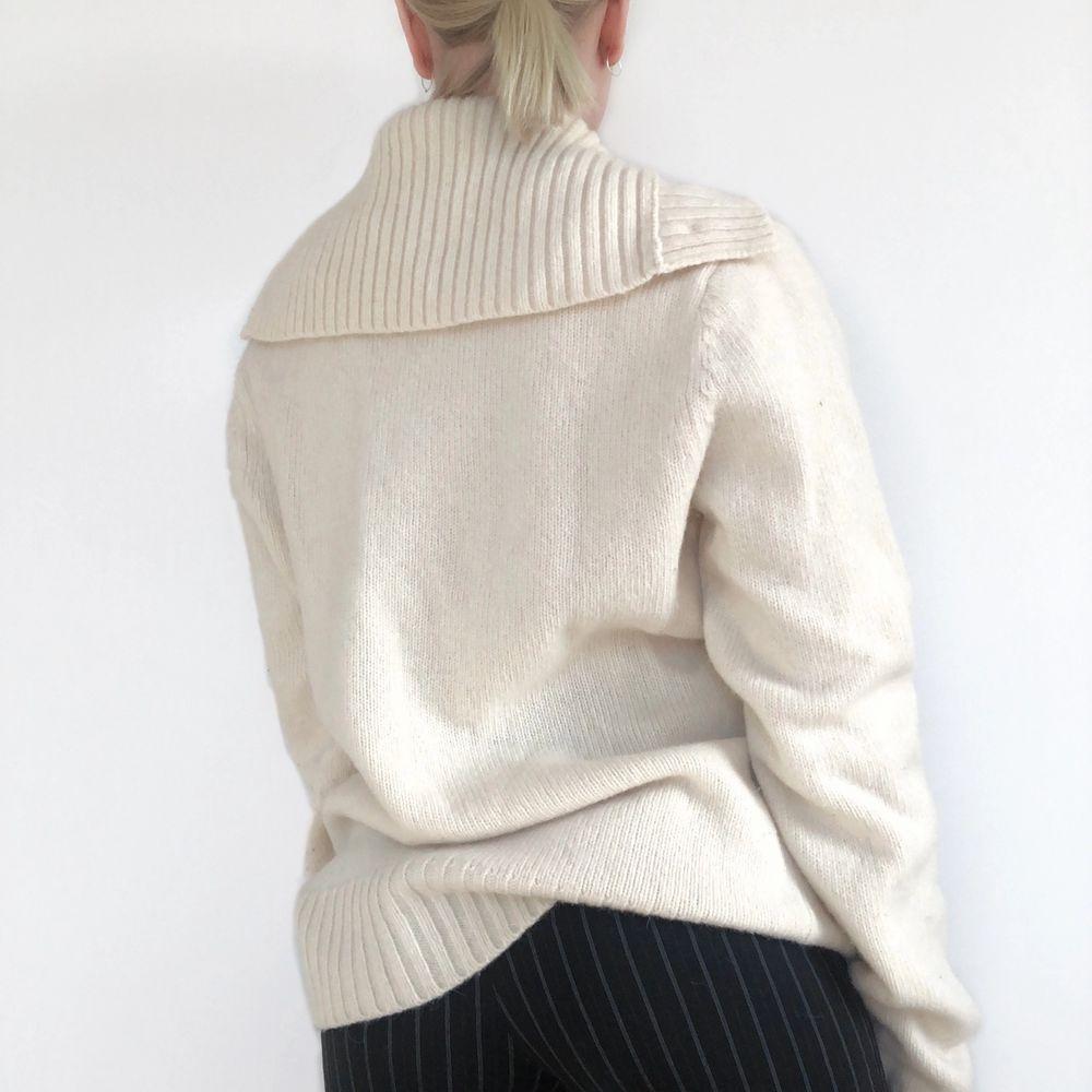 Stickad tröja från J.lindeberg i ull! Mycket fint skick. Strl M, visad på en S. + frakt 66 kr 💫 Se även mina andra annonser, jag samfraktar gärna 💫. Stickat.