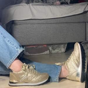 Snygga och sköna sneakers ifrån versace 🤎🧸. Använda max 5 gånger och därför i nyskick 💖.