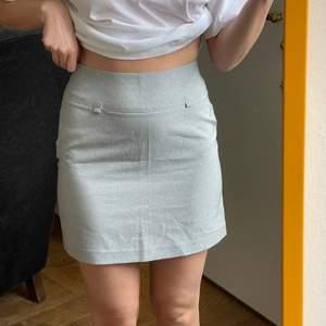 Kjol köpt vintage som är A-formad, snyggare irl! Storlek 34, jag har storlek 36 och den sitter lite tight på mig. frakt kostar 45kr