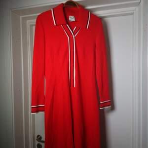 Så fin gammal vintageklänning i rött. Lite slitage finns men den är hel och fin! Mjukt material och fin passform. Storleksmärkt 40