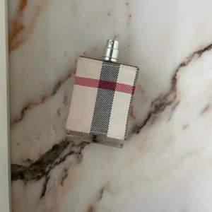 Lyxig Burberry (Limited London) parfym! Ungefär 90% flaskan kvar, nästan HELA flaskan. Ett riktigt kap med tanke på att den brukar gå för runt 800 kr. Perfekt om du vill provlukta innan du köper ny. Luktar sååå gott och lyxig paketering med tyg!