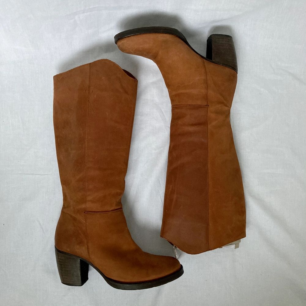 🌊 GORGEOUS KNEE HIGH HONEY BROWN LEATHER BOOTS WITH WOODEN HEEL  • SIZE - EU 38 • BRAND - Sixtyseven • MATERIAL - Leather  y2k 90s 80s 70s 60s spring summer sunny autumn winter grey brown white black crop top tshirt strap shirt blouse jumper polo cape coat bolero orange yellow jacket sparkly party evening green grey silver gold velvet knit vest sweater v neck skirt bottoms pants jeans shorts shows acne studios eytys shoes boots heels mules autumn moon boots moonboots knee high boots skor klackar stövlar cowboy boots camel brun kräm trä. Skor.