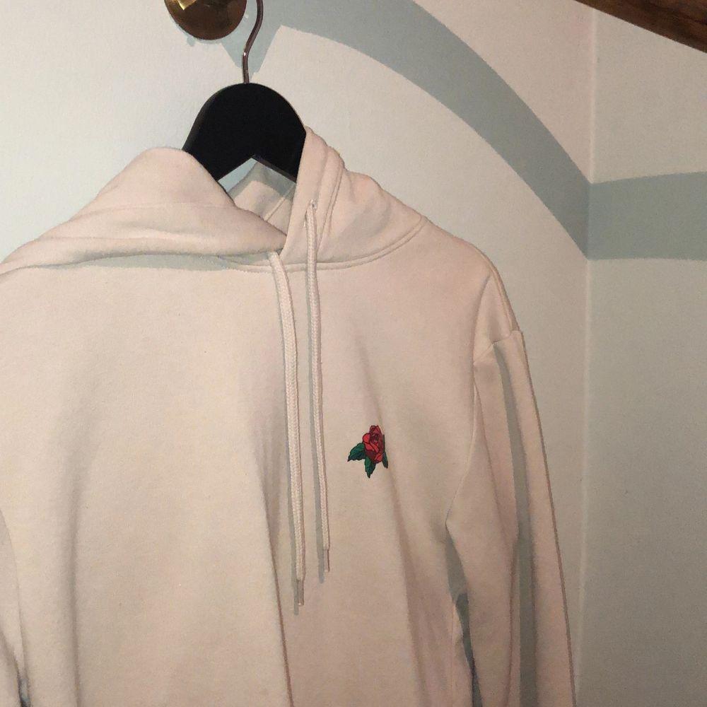 Skitsnygg beige hoodie från HM med orm/rostryck där bak och en liten ros på vänstra bröstet. Skick 10/10. Säljs inte längre i butik. Storlek XS men passar S väl. Nypris 300kr. Huvtröjor & Träningströjor.