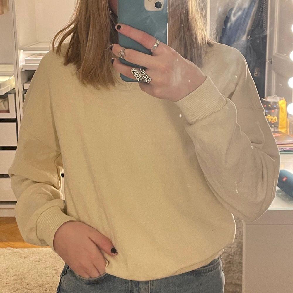 En jättefin slutsåld sweatshirt från Gina tricot. Den är i storlek XS och använd fåtal gånger💓. Huvtröjor & Träningströjor.