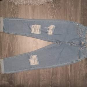 Jeans från boohoo känns som riktigt jeans material. De är endast provade och var för små (brukar ha ca. 34). Var för korta i mina ben och jag är 163 cm även små i midja och över rumpan. Det finns fler bilder bara att fråga. Köpare står för frakt