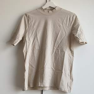 T-shirt med ribbad polo. Aldrig använd, endast testad. Storlek 40/42 men skulle säga att den är liten i storleken och passar 36/38 främst. Men det beror på hur du vill att den ska sitta.