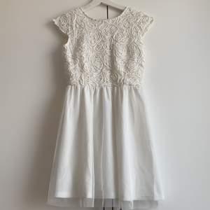 Klänning som passar till studenten, använd 1 gång på min student. Jättefint skick. Jag är 165cm.