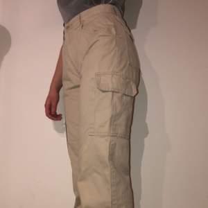 Beiga cargopants från second hand. Lite långa i benen för mig som är 161. Stora fickor på sidorna och på bakfickorna