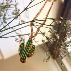 Hemmagjort halsband i guld med symbolen av en kaktus. 🌵HELA SMYCKET ÄR GULDPLÄTERAT!                                    Kolla gärna in mina andra smycken på min sida. Bl.a. örhängen inspirerade av Harry Styles!