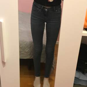 Skinny jeans från Levis. Model 711 skinny. Lite låga i midjan. Storlek 24. Pris: 150 kr + frakt (priset kan diskuteras) 💞
