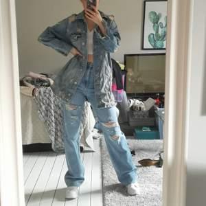 Köpt på bershka. Lång jeansjacka med tryck på baksidan och broderade blommor. Storlek S men är lite oversized i modellen. 💕 Använd mindre än 5 gånger.