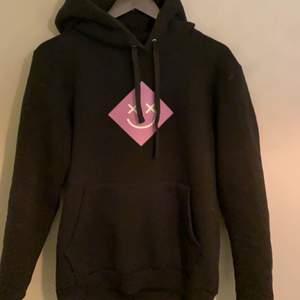 Svart hoodie med ett jätte coolt tryck, ifrån thecoolelephant. Nypris: 600kr. Använd 2 gånger. Köparen står för frakt!