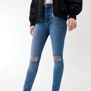 Jag säljer ett par fina Molly original jeans från Ginatricot. Den är använda nåra gånger men i bra skick. Ord pris: 399kr