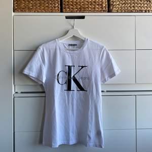 fin t-shirt från calvin klein, använd endast en gång därav superbra skick! köpt på åhléns city, + frakt 42 kr tillkommer