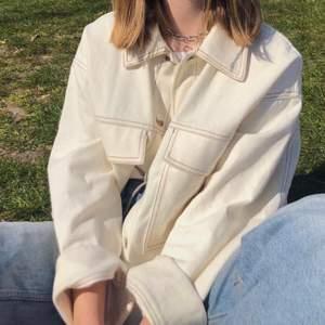 söt vit jeansjacka med beiga sömmar perfekt till våren! köpt ca 2019 på monki. på andra bilden är den lite smutsig då den är använd, men kommer såklart tvättas innan jag postar. kontakta gärna för mer info och bilder. frakt ingår i priset! :D