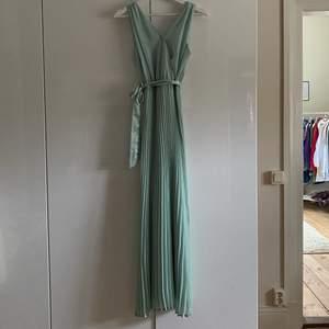 Mintgrön långklänning som jag bar på balen i 9:an! Super fin i super skick då den bara kommit till andvändning en gång! Är själv 163 cm för preferens