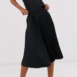 Svart plisserad kjol från Lindex! Skriv privat för frågor respektive egna bilder
