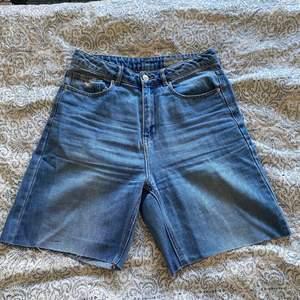 Var förut ett par raka/vida jeans som jag klippte av till ett par lite längre shorts. Färgen är inte riktigt som på bilden utan lite ljusare 🥰  hör gärna av dig vid frågor!