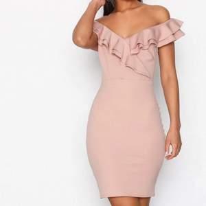 Jättefin figurnära rosa klänning. Färgen blir missvisande på bild därav sista bilden. Helt oanvänd med prislappar kvar🤍köparen står för frakten 🚚