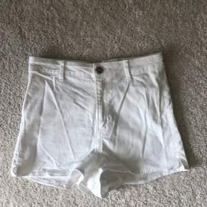 Oanvända shorts i storlek 38, skulle säga att det är en liten 38.  Köpare står för eventuell frakt<3