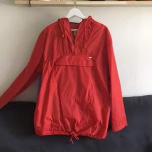 Köpte denna jacka på en secondhandbutik men har ej använt. Man kan få ner den så att det blir en liten påse. Skickar bilder på d i pm!!