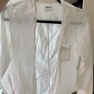 basic vit skjorta med ficka, perfekt till sommaren