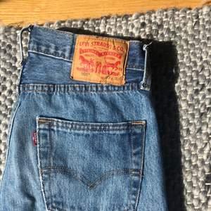 Säljer ett par raka levisjeans! Sparsamt använda! liknar de populära zara jeansen! Så sköna!! Skriv privat för fler bilder 🥰🍭💫
